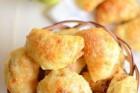 Сырные пирожки с яблочной начинкой.